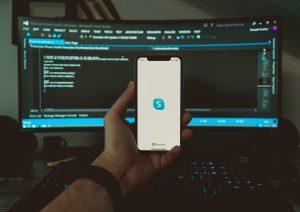 Skype, un outil de visioconférence utile pour le travail à distance. Photo Unsplash mati-flo-hMv_eRKuaL4